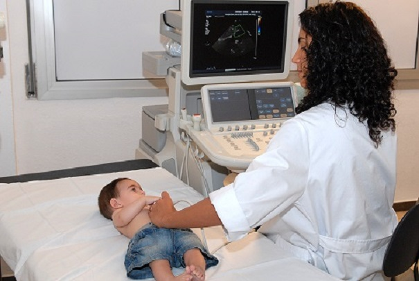 Niño durante ecografía con doctora